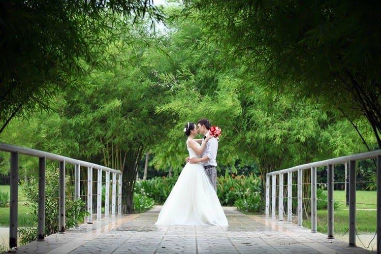 Ảnh cưới được chụp tại công viên thành phố mới
